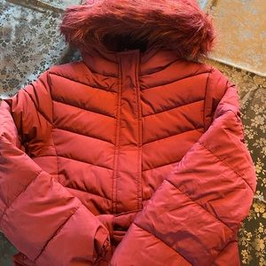 Children's puffer jacket The color is burgundy.